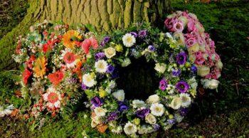 Descubra como homenagear com coroa de flores e o motivo de faze-lo!